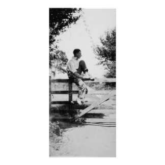 Hombre en imagen negra de la puerta la vieja y tarjeta publicitaria