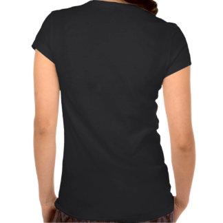 Hombre en la camiseta con cuello de pico de las mu