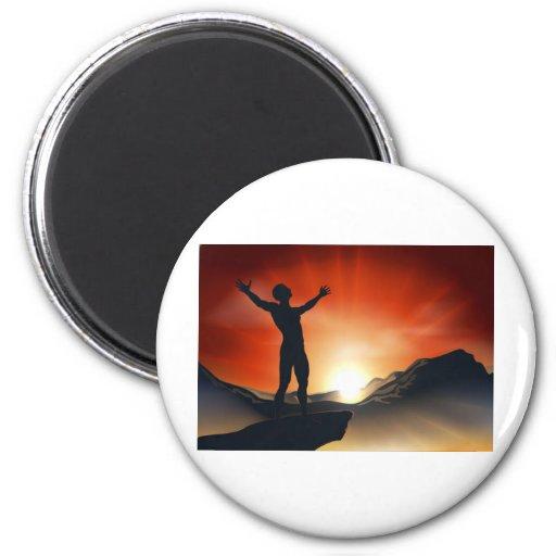 Hombre en la cima de la montaña con los brazos hac imán redondo 5 cm