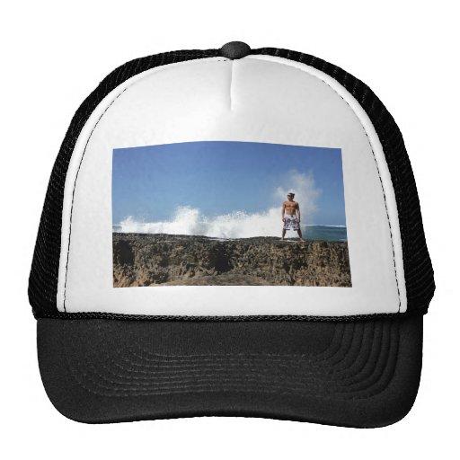 Hombre en la playa gorras de camionero