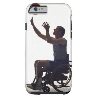 Hombre en la silla de ruedas que juega con funda de iPhone 6 tough