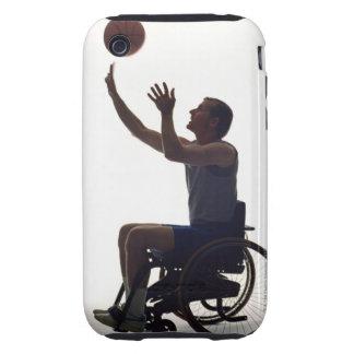 Hombre en la silla de ruedas que juega con iPhone 3 tough cárcasas