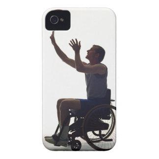 Hombre en la silla de ruedas que juega con iPhone 4 cárcasa