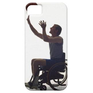 Hombre en la silla de ruedas que juega con iPhone 5 funda