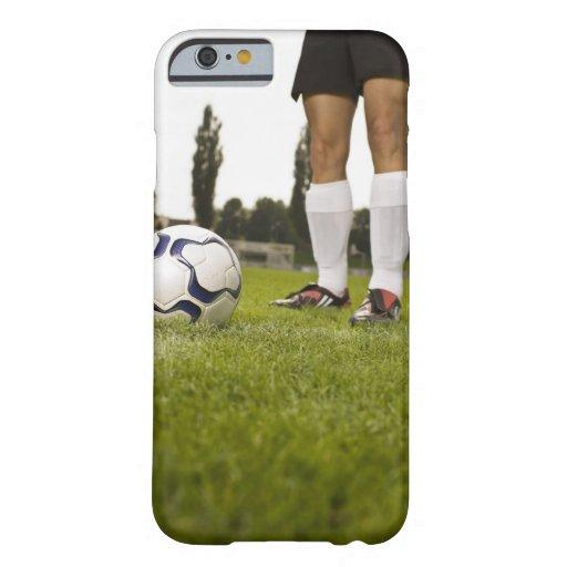 Hombre en la situación uniforme del fútbol con el funda para iPhone 6 barely there