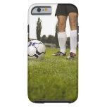 Hombre en la situación uniforme del fútbol con el funda para iPhone 6 tough