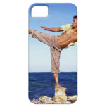 Hombre en los artes marciales que golpean la iPhone 5 carcasa
