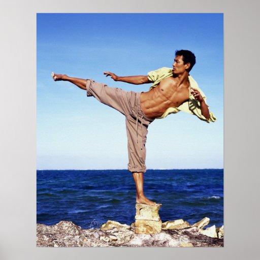 Hombre en los artes marciales que golpean la posic póster