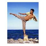 Hombre en los artes marciales que golpean la posic postal