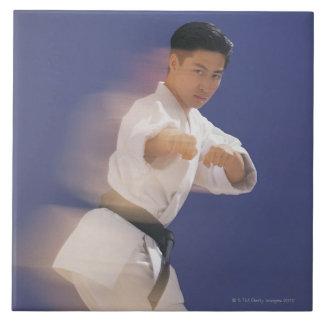 Hombre en postura del karate azulejo cuadrado grande