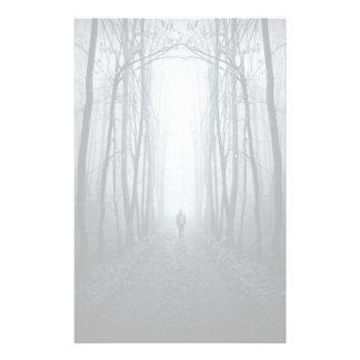 Hombre en un bosque oscuro de la fantasía  papeleria