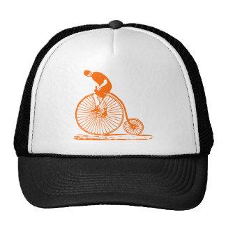 Hombre en un comino del penique - naranja gorras