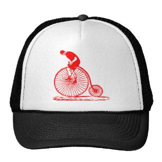 Hombre en un comino del penique - rojo gorras de camionero