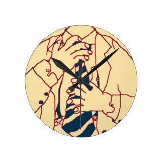 Hombre en un juego reloj redondo mediano