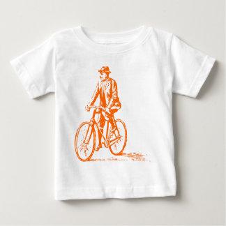 Hombre en una bici - naranja playera de bebé