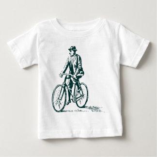 Hombre en una bici - verde oscuro playera de bebé