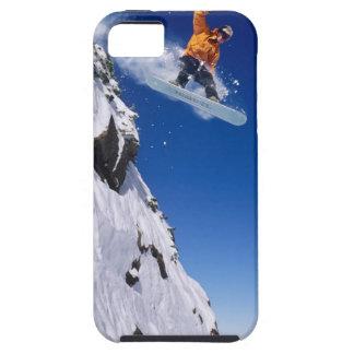 Hombre en una snowboard que salta de una cornisa e iPhone 5 coberturas