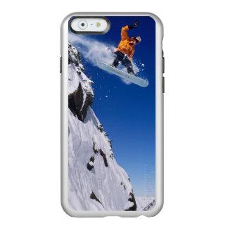 Hombre en una snowboard que salta de una cornisa funda para iPhone 6 plus incipio feather shine