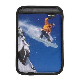 Hombre en una snowboard que salta de una cornisa fundas iPad mini