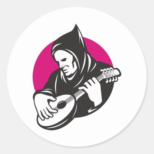 Hombre encapuchado que toca la guitarra del banjo pegatina redonda
