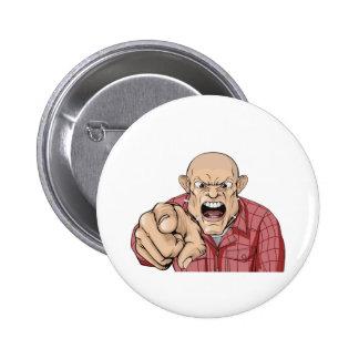 Hombre enojado con la cabeza afeitada que grita y  pin redondo 5 cm