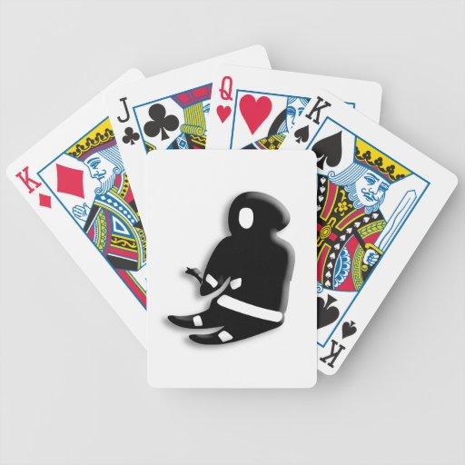 Hombre esquimal que se sienta baraja cartas de poker