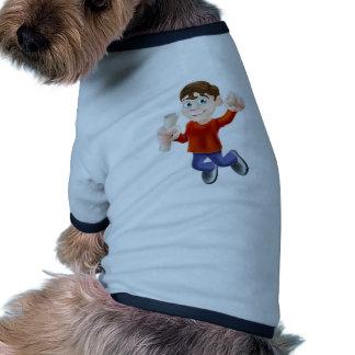 Hombre feliz de salto con el diploma camisa de mascota