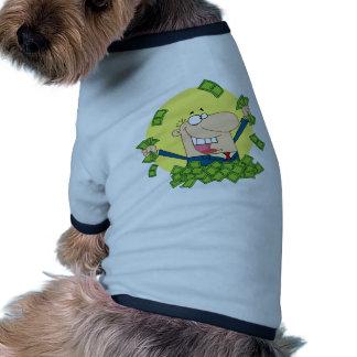 Hombre feliz en una pila de dinero camisas de mascota