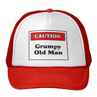 Hombre gruñón de la precaución viejo gorra