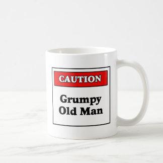 Hombre gruñón de la precaución viejo taza de café