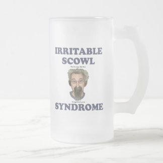 Hombre gruñón del ceño irritable viejo tazas