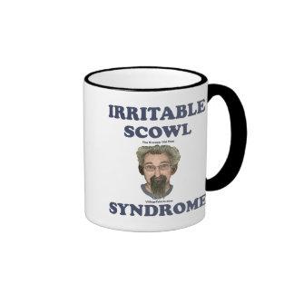 Hombre gruñón del ceño irritable viejo taza de café