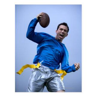 Hombre hispánico que lanza un fútbol postales