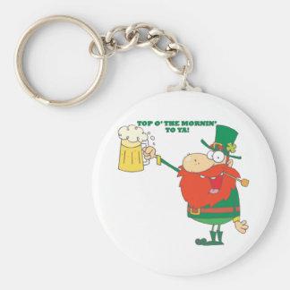 Hombre irlandés del Leprechaun con la cerveza Llavero Redondo Tipo Pin