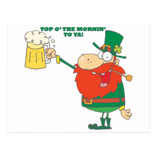 Hombre irlandés del Leprechaun con la cerveza Postal
