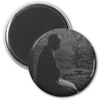 Hombre japonés que se arrodilla en la reflexión re imán redondo 5 cm