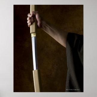 Hombre japonés que sostiene la espada 2 poster