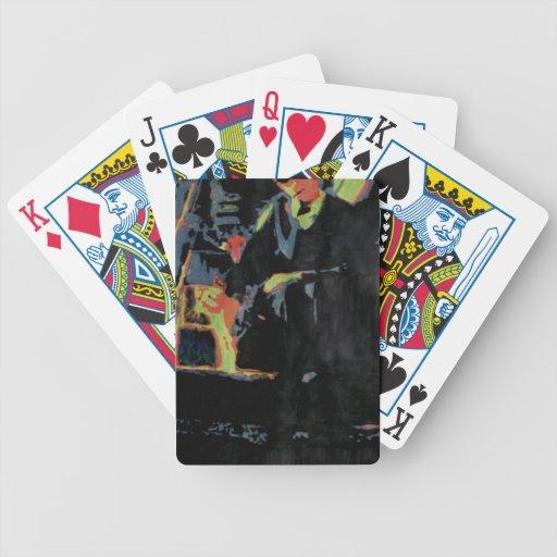 Hombre joven con el gato baraja cartas de poker