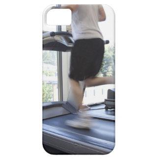 Hombre joven que corre en una rueda de ardilla en  iPhone 5 Case-Mate funda