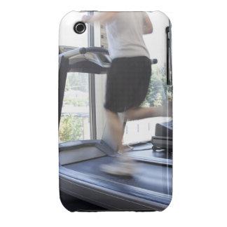 Hombre joven que corre en una rueda de ardilla en  iPhone 3 funda