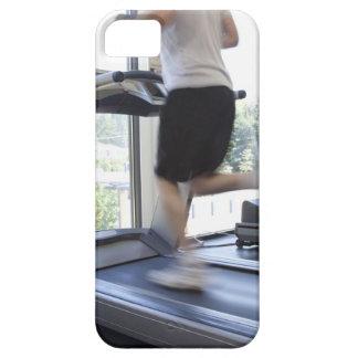 Hombre joven que corre en una rueda de ardilla en  iPhone 5 cárcasa