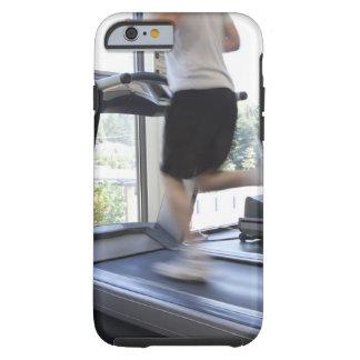 Hombre joven que corre en una rueda de ardilla en funda de iPhone 6 tough