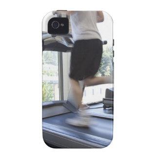Hombre joven que corre en una rueda de ardilla en  Case-Mate iPhone 4 fundas