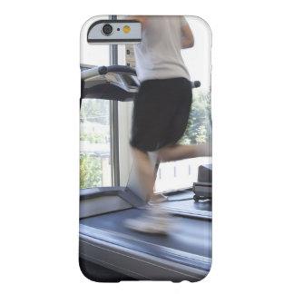 Hombre joven que corre en una rueda de ardilla en funda de iPhone 6 barely there