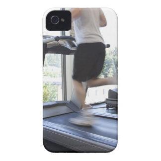 Hombre joven que corre en una rueda de ardilla en  Case-Mate iPhone 4 coberturas
