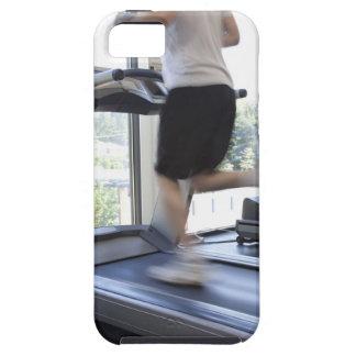 Hombre joven que corre en una rueda de ardilla en  iPhone 5 cárcasas