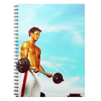 Hombre joven que ejercita con los barbells cuaderno