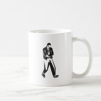 hombre joven que habla en un teléfono celular mien tazas de café