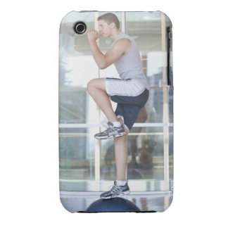 hombre joven que hace ejercicios elevadores en un iPhone 3 cárcasas