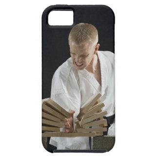 Hombre joven que rompe a tableros con tajada del iPhone 5 funda